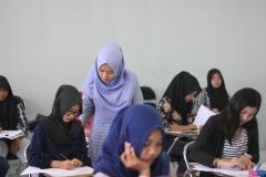 Guru-guru akan selalu memonitoring dan membantu siswa yang memerlukan bantuan dalam belajar Bahasa Korea