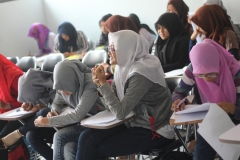 Para siswa belajar dengan antusias dengan pengajar yang menyenangkan
